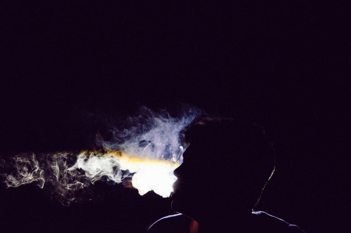 joven fumando drogas