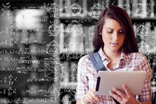 Mujer con programa de matemáticas