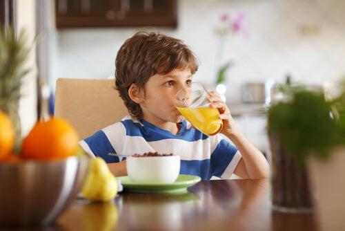 Niño bebiendo zumo