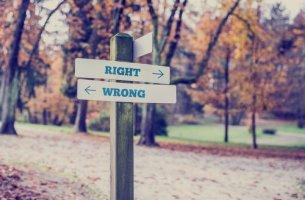 carteles indicando cómo tomar nuestras decisiones