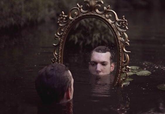 hombre ante espejo