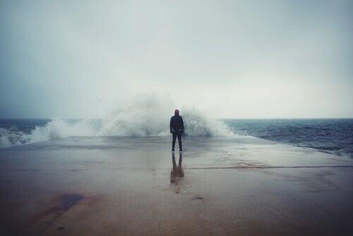 Hombre frente al mar que sabe vivir sin miedo