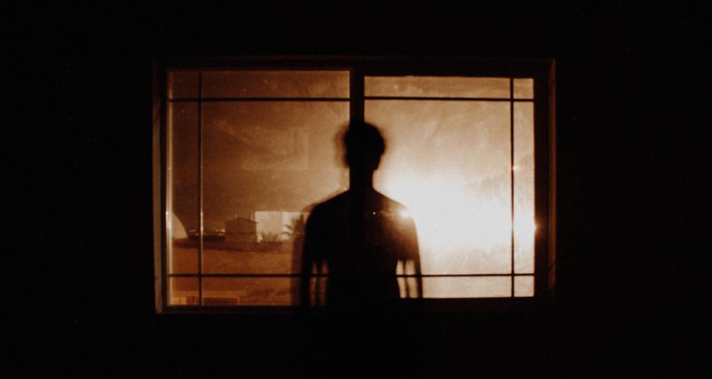 Hombre mirando a través de una ventana