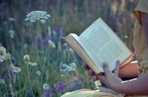 Mujer con un libro en el campo