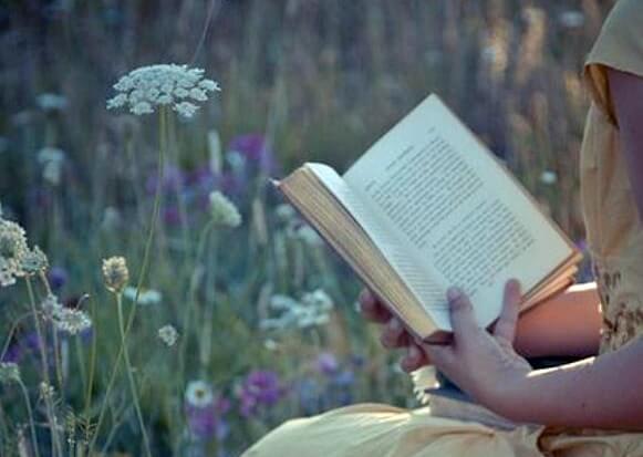 Mujer con un libro en el campo simbolizando las frases de Ernesto Sábato