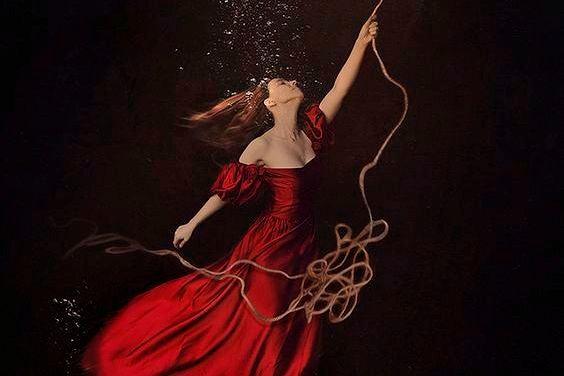 Mujer agarrada a una cuerda