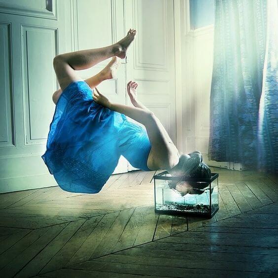 mujer colocando cabeza en cubo de agua