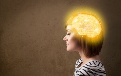 mujer con cerebro encendido representando la dominancia cerebral
