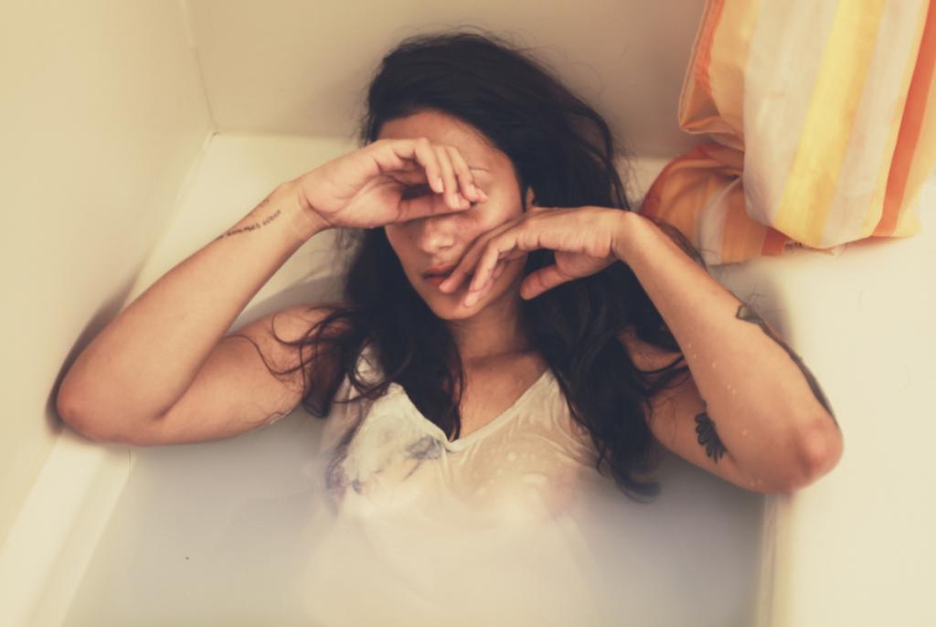 Mujer llorando porque sufre conflictos