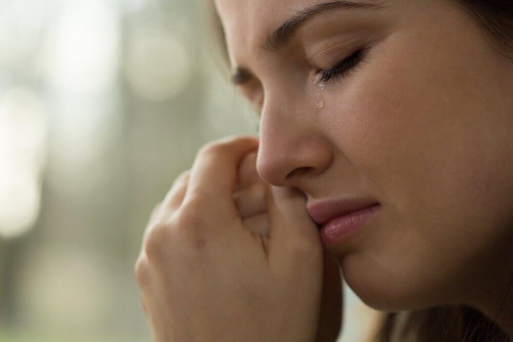 Mujer llorando con miedo