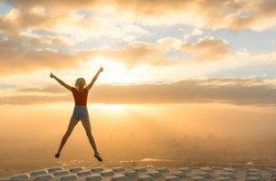 Mujer saltando mostrando que sabe vivir sin miedos