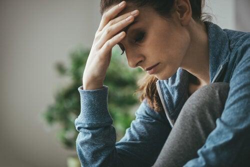 Mujer triste pensando en sus problemas