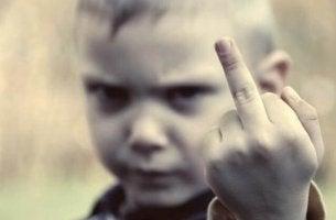 Niño educado sin límites haciendo un gesto obsceno