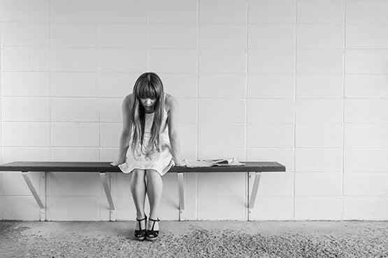 chica con dolor y triste