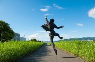 Hombre saltando por un camino