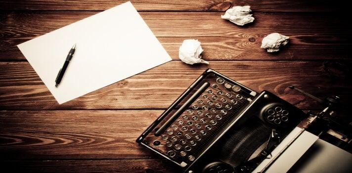 Máquina de escribir con hoja en blanco
