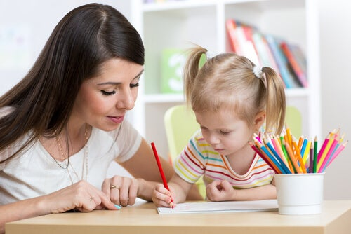 Madre dibujando con su hija
