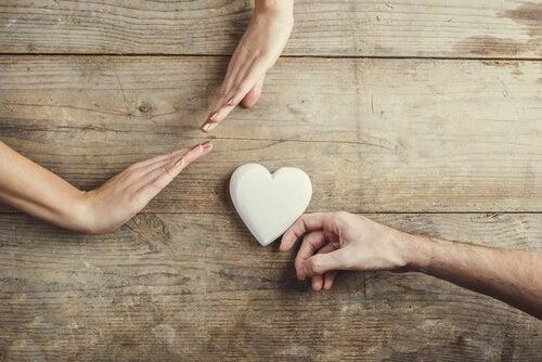 Manos dando un corazón