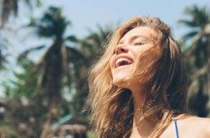 Mujer feliz sintiendo alegría