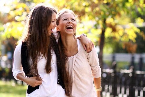 Las mujeres forjamos amistades más fuertes y cercanas