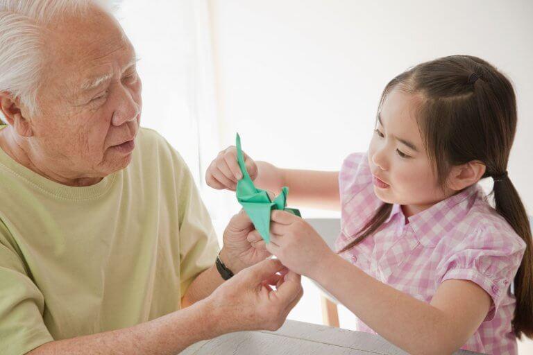 Abuelo y nieta japoneses jugando