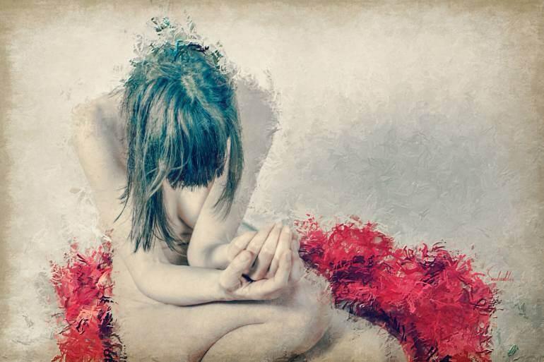 Mujer triste con depresión encubierta