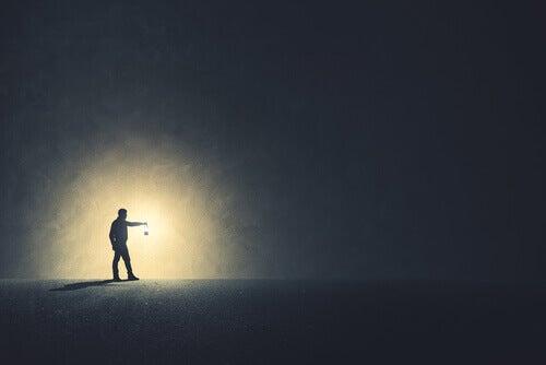 Hombre con luz en la oscuridad