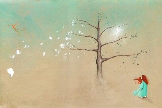 Mujer junto a un árbol