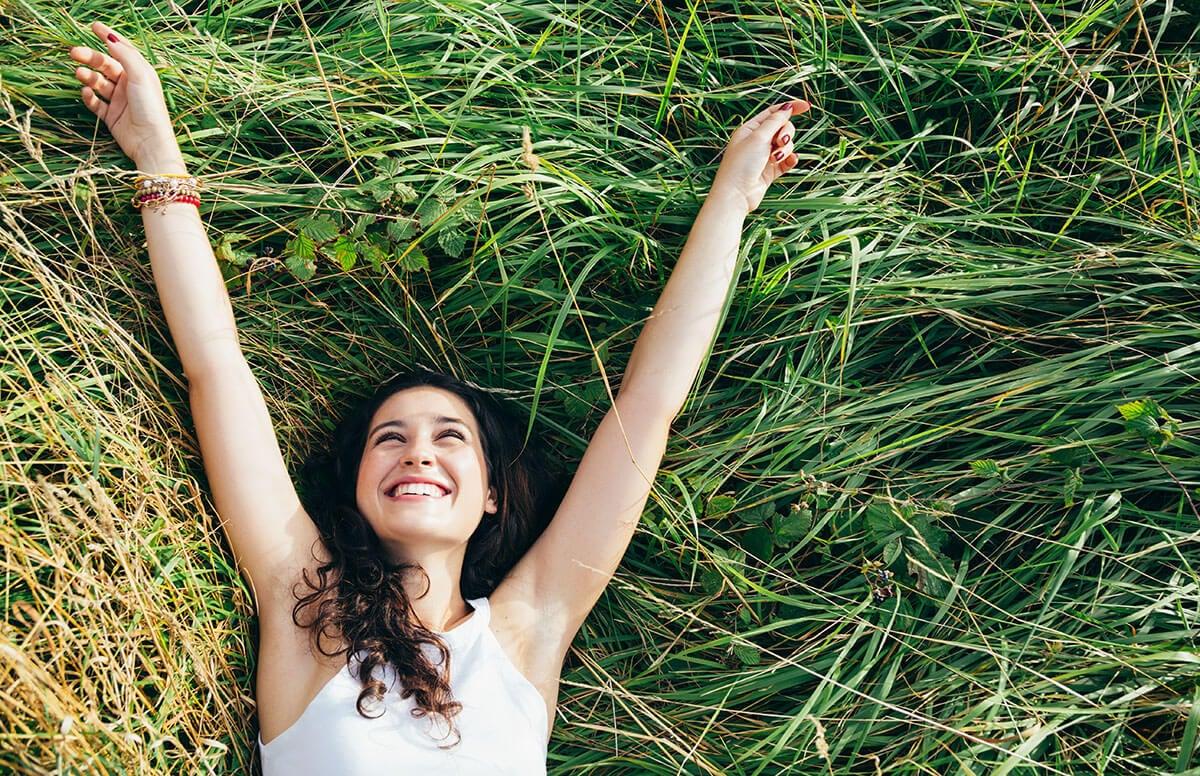 Mujer tirada en el campo feliz
