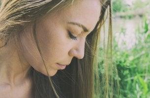 Mujer triste representando la falta de autoestima