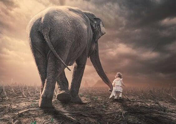 Niña con elefante representando el acto de aprender a ser perseverantes