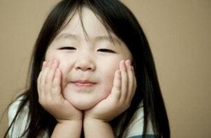 Niña sonriendo representando a los niños japoneses