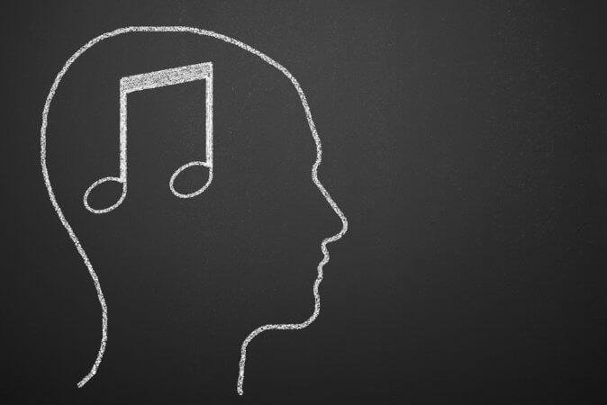 Nota musical en la cabeza representando drogas auditivas