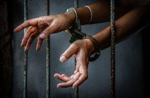 Manos esposadas simbolizando el dilema del prisionero
