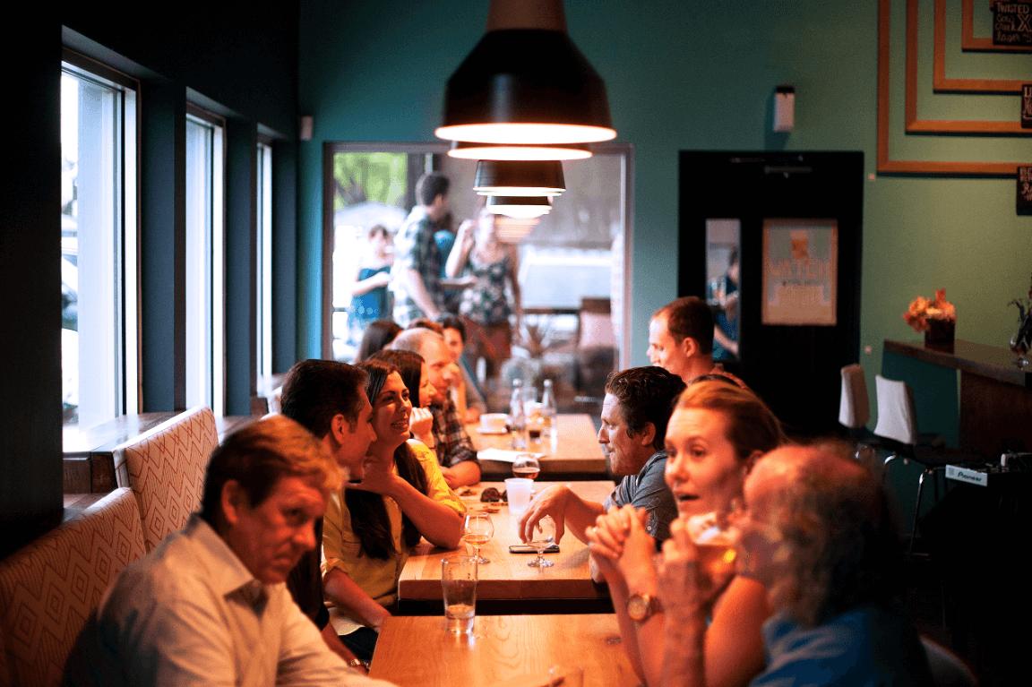 gente comiendo en un restaurante