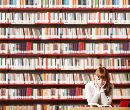 Chica con bibliomanía