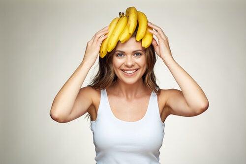 Mujer con plátanos en la cabeza