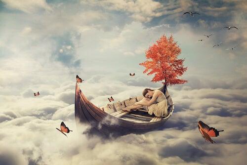 Mujer dormida en una barca