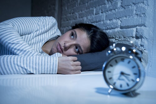 Mujer preocupada sin poder dormir