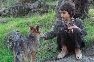 Niño con lobo