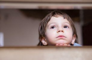 Niño preocupado por sus padres