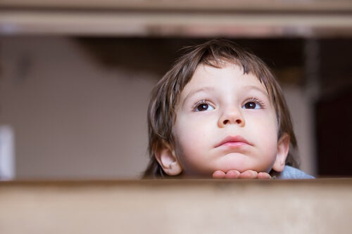 Escuchar quejas y advertencias en la infancia: la ansiedad en la vida adulta