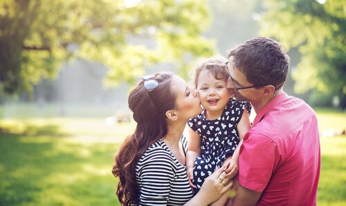Padres abrazando a su hija