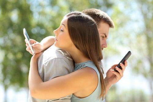Pareja adicta a los móviles