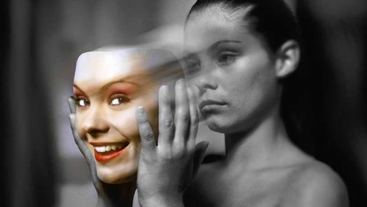 Mujer con depresión sonriente se quita una máscara