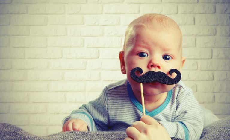 ¿A qué edad un niño tendría que decir su primera palabra, señalar, pedir...?
