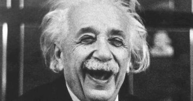 Albert Einstein sonriendo con su sentido del humor