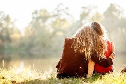 amigas abrazadas intentado recuperar la alegría