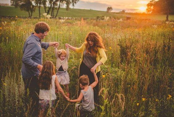 Familia jugando en el campo
