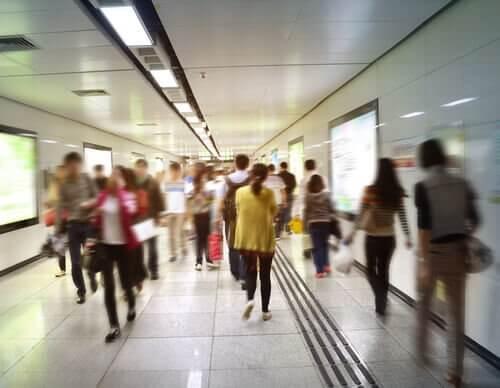 Gente en el metro borrosa